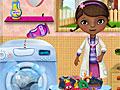 Доктор Плюшева стирает одежду