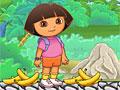Даша кормит бананами